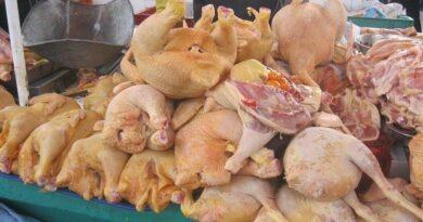 Gobierno y productores acuerdan medidas para bajar precio del pollo