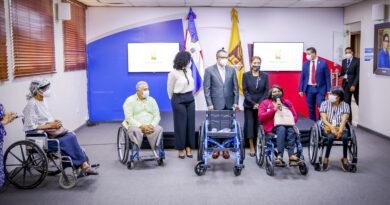 JCE entrega a sus servidores 4 sillas de ruedas como inicio de su programa de integración e inclusión