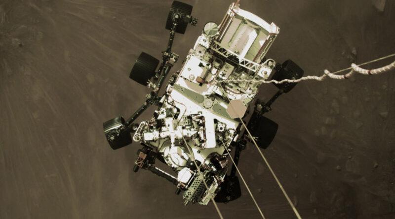 La NASA publica una imagen impactante del róver Perseverance aterrizando en Marte