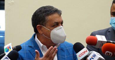 Diputados opositores critican Abinader no haya sido el primero en vacunarse
