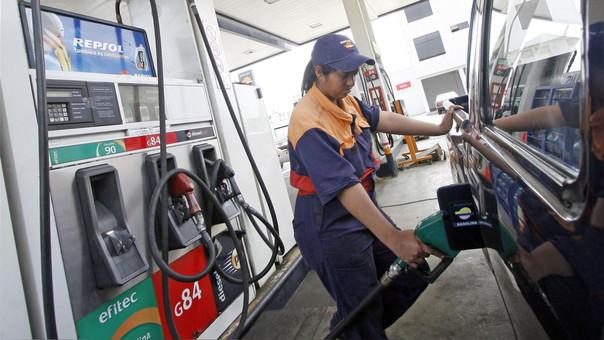 Precio del petróleo alcanza los 60 dólares y mantiene los combustibles en alza en América Latina