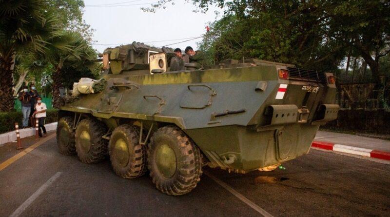 Aparecen vehículos blindados en las calles de muchas ciudades de Myanmar, y muchos países exigen moderación militar