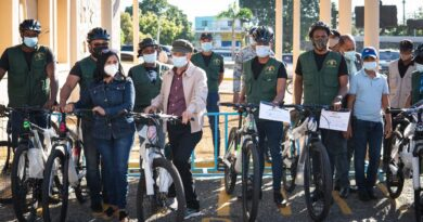 Entrega casco y bicicletas durante graduación