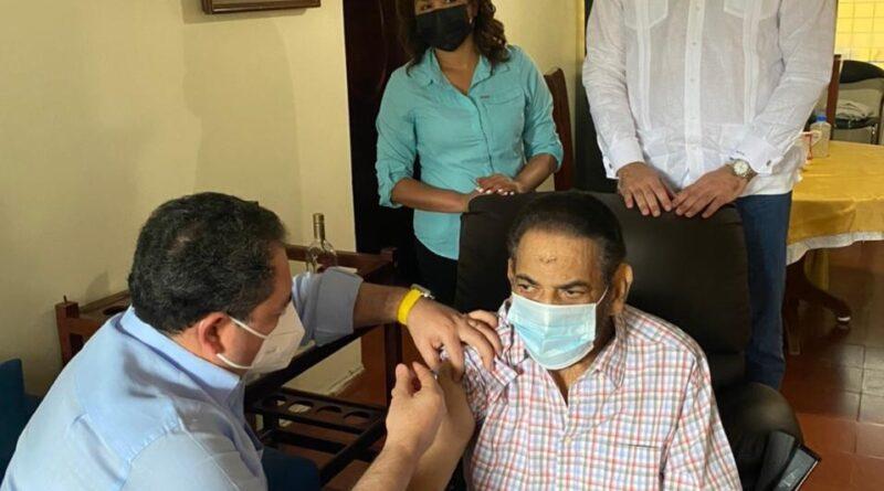 Director SNS aplica vacuna contra COVID-19 a exluchador Jack Veneno