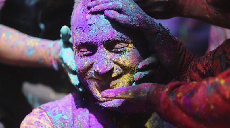Indios se reúnen para celebraciones de Holi mientras aumentan los casos de virus