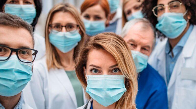El 66 % de contagiados por COVID-19 del personal de salud son mujeres