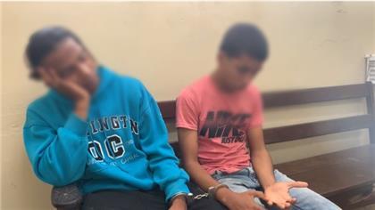 San Francisco de Macoris.-Agentes de la Policía Nacional apresaron a dos jóvenes luego de que estos cometieran un asalto en esta ciudad.