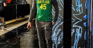 Donovan Mitchell Sports Baylor Davion Mitchell Jersey antes del juego de campeonato