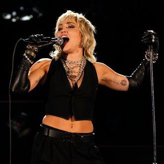 Miley Cyrus se lo pasó muy bien interpretando a Queen para el concierto de la Final Four de la NCAA