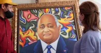 Ministro de Educación niega haya mandado hacer un retrato de su persona