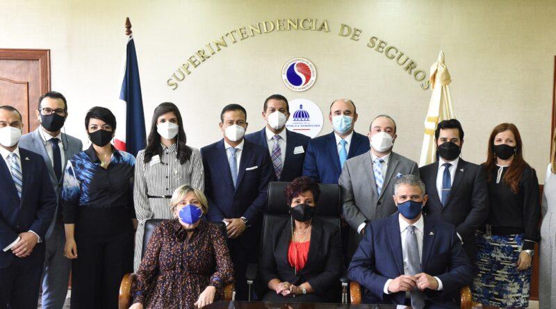 NUEVA JUNTA DIRECTIVA DE CORREDORES VISITA A LA SUPERINTENDENTE DE SEGUROS JOSEFA CASTILLO RODRIGUEZ