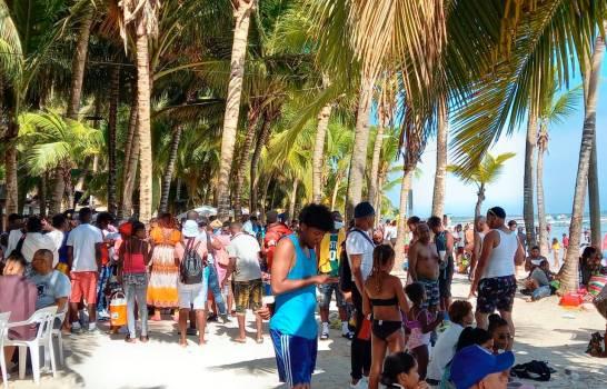 Boca Chica repleta de bañistas sin mascarillas y sin distanciamiento físico
