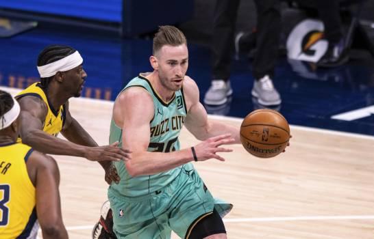 Los Hornets aplastan a decaídos Pacers