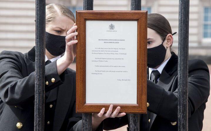 reacciones a la muerte del príncipe Felipe +++Los dolientes se reúnen frente al Palacio de Buckingham