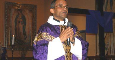 El padre Fajardo rechaza críticas por defensa a legalización de haitianos afirmando es más dominicano que sus detractores
