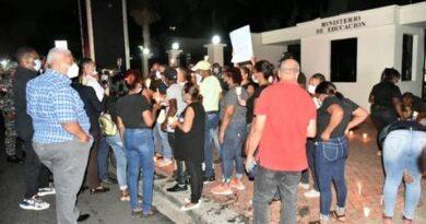 Cancelados del Minerd prenden velas frente al ministerio en demanda de prestaciones laborales