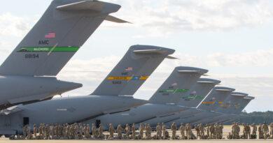 Muestran un salto nocturno de cientos de paracaidistas transportados desde EE.UU. a Estonia en el marco de los ejercicios más extensos en 25 años