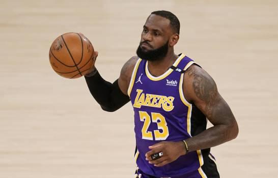 Remontada de Kings empaña el regreso de James con los Lakers