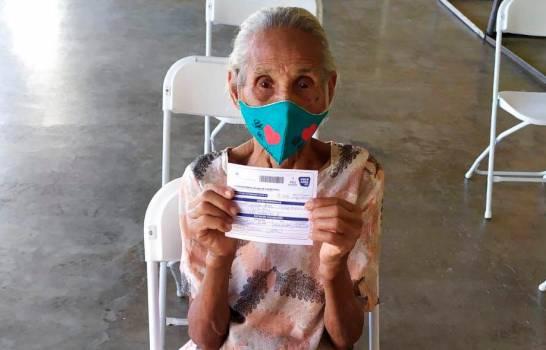 Anciana de 121 años es vacunada contra el COVID-19 en Puerto Plata