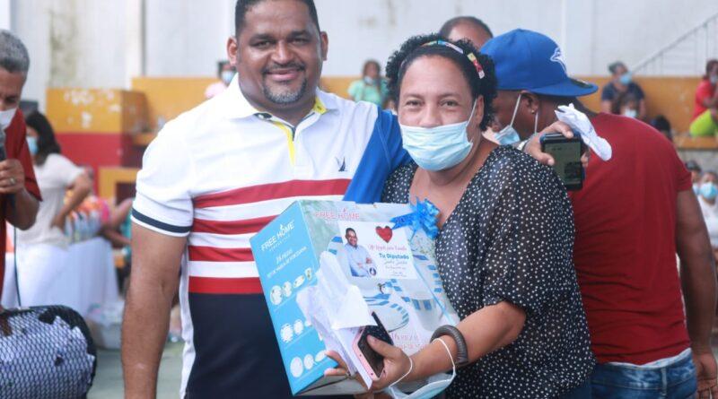 Diputado Sandro Sánchez sortea cientos de electrodomésticos a madres de Los Alcarrizos y Pedro Brand