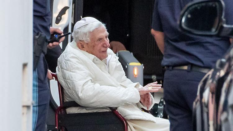 """Físicamente débil, pero claro Papa Benedicto XVI """"obteniendo menos"""""""