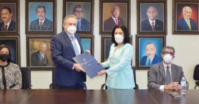 Farmacias Los Hidalgos firma acuerdo con la UASD a favor de estudiantes de Farmacia
