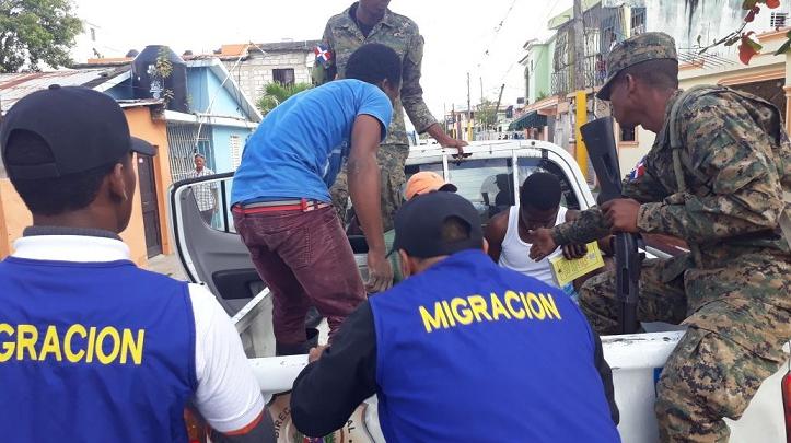 Migración apresa 80 haitianos ilegales en Santiago