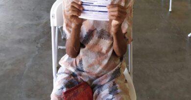 Mujer de 121 años se vacuna contra el covid-19 en jornada celebrada en Puerto Plata