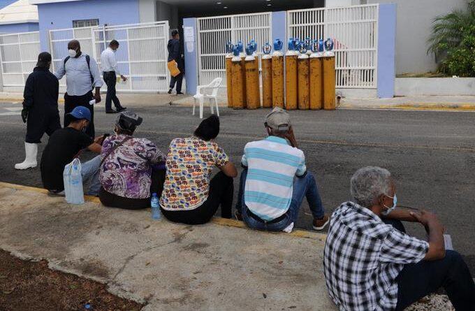 """Familiares de infectados por covid-19 """"se internan"""" frente al Moscoso Puello a espera de noticias de pacientes"""