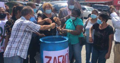 Echan decenas de unidades de pan a zafacón en protesta por altos precios del nutriente