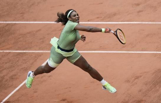 Blindada por su saque, Serena Williams avanza en Roland Garros