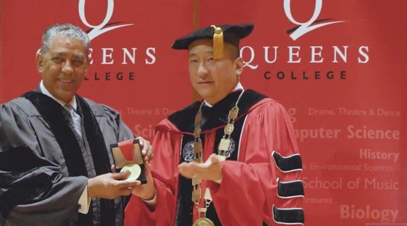 Espaillat es reconocido con la Medalla Presidencial de Queens College por su lucha en defensa de inmigrantes y derechos civiles