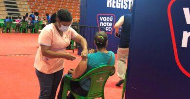 Población dominicana sigue asistiendo a inocularse contra el coronavirus