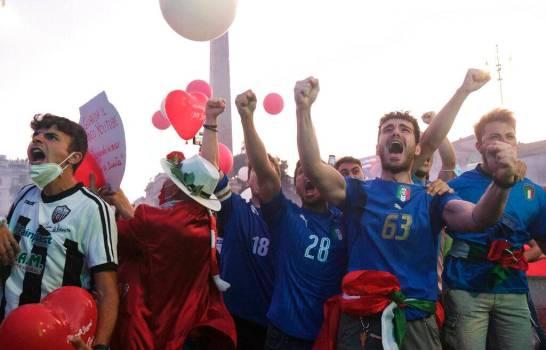 '¡Campioni!' Italia se abraza para celebrar su Eurocopa y olvidar la pandemia