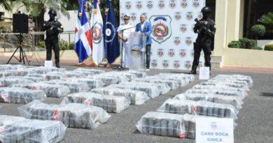 Apresan tres y ocupan 900 paquetes presumiblemente cocaína próximo a costas de Boca Chica