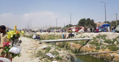 Caos frente al aeropuerto de Kabul: afganos atraviesan una zanja para intentar llegar a la instalación