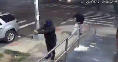 Captan el momento en que dos hombres abren fuego contra una multitud en Nueva York y dejan al menos 10 heridos antes de huir en ciclomotores