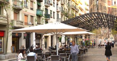 Desalojan a 6.000 personas de lugares públicos de Barcelona por incumplir con las medidas anticovid