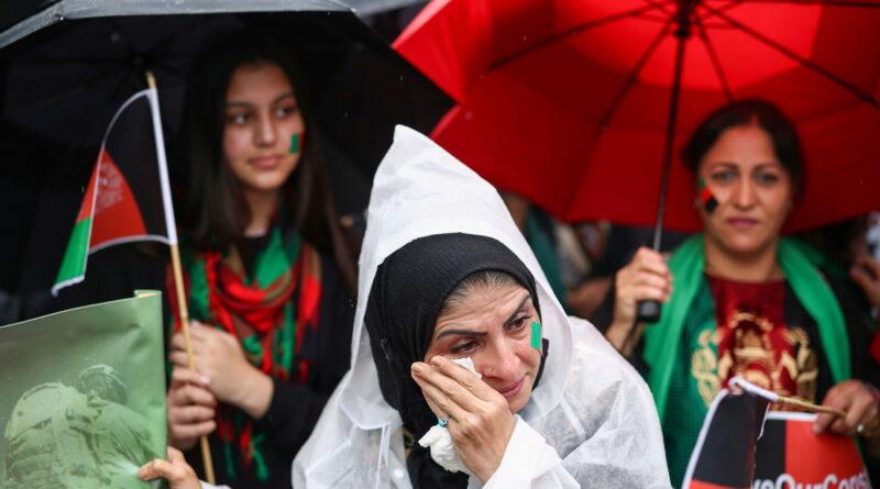 """Miles de manifestantes apoyan a los afganos en Londres y claman contra las """"guerras subsidiarias en Afganistán"""""""
