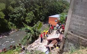 Recuperan cadáver de hombre que quedó atrapado tras derrumbe de su vivienda