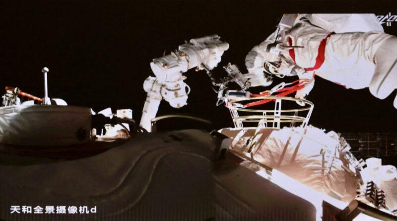 Taikonautas chinos realizan una caminata espacial por tercera vez en la historia