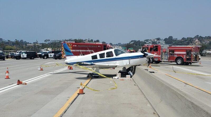 Una avioneta aterriza de emergencia en medio de una autopista en EE.UU. y provoca daños y caos vehicular