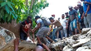 Al menos 304 están muertos después de que un terremoto de magnitud 7.2 sacudiera Haití