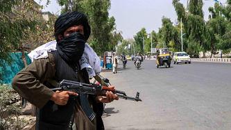 """Talibanes advierten de """"consecuencias"""" si EE.UU. prolonga evacuación desde Afganistán"""