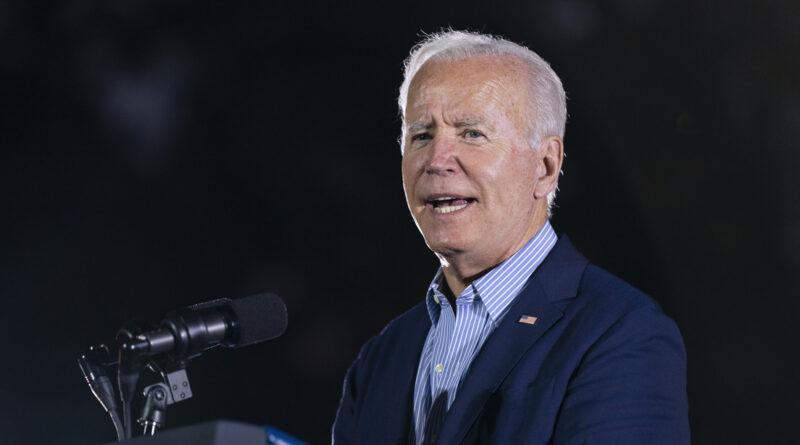 Biden se santigua tras referirse a Trump durante un acto de campaña