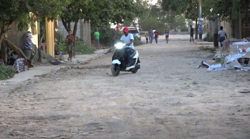 Reclaman reparación de calles en Brisas del Este de SDE