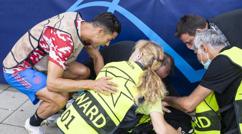 Cristiano Ronaldo dispara un fuerte pelotazo que noquea a una mujer del equipo de seguridad y se apresura a ayudarla