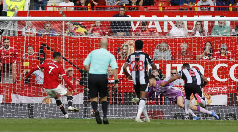 Cristiano Ronaldo marca un doblete en su debut con el Manchester United y lleva a su equipo al liderato de la Premier League