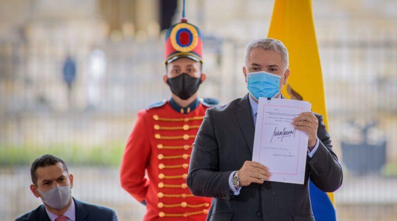 """""""Fruto del consenso"""": Duque sanciona la nueva y polémica reforma tributaria tras el retiro de la propuesta que provocó el estallido social en Colombia"""
