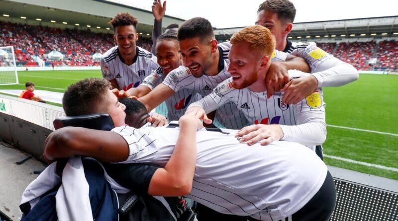 Jugadores del Fulham apoyan a un hincha de 13 años con parálisis cerebral víctima de burlas en redes sociales (y hasta celebran un gol con él)